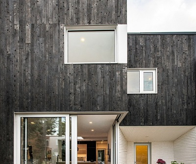 Burnt wood was chosen for the outer coating of the house. Image credit: Félix Audette