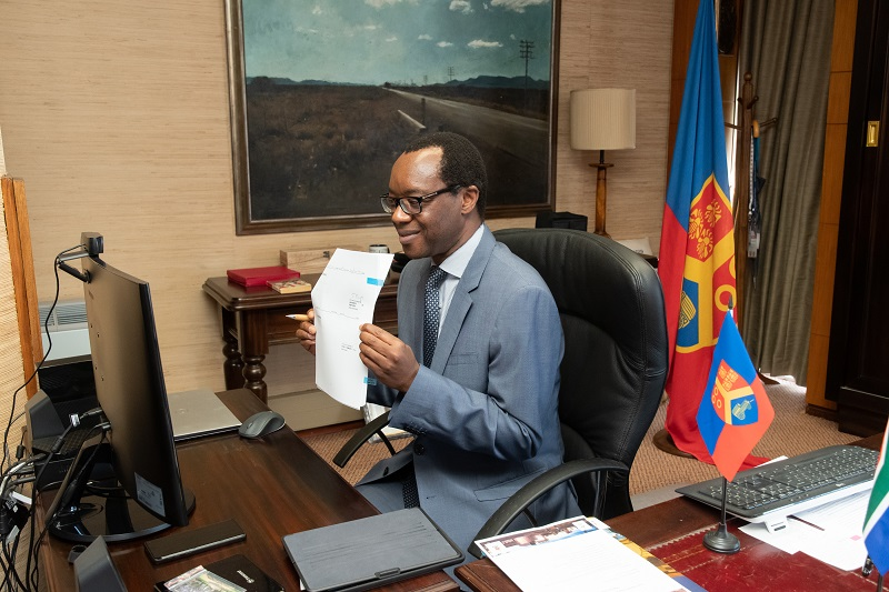 Prof Tawana Kupe signs a Memorandum of Understanding with York Timbers. Image credit: UP