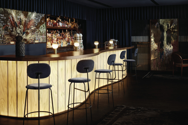 The bar, which is covered with wooden panels with a light, honey-coloured finish, catches the eye. Perfectly arranged spirits, together with stylish, painting-like wall decorations, complement the generous bar counter. Image credit: Fyra