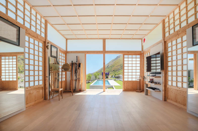 Soft light filters the space from all four sides of the Kyudojo through clerestory windows, which reinforces the concept of the 'floating' flat roof. Photo by Herman Dojo